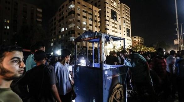 فلسطينيون في موقع التفجير الانتحاري أمس في غزة (أ ف ب)
