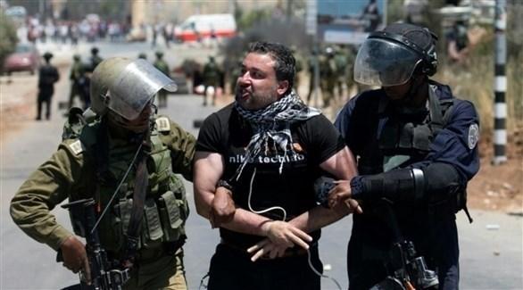 قوات إسرائيلية تعتقل فلسطينياً (أرشيف)