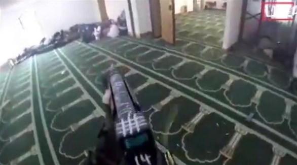 سلاح المهاجم لحظة اطلاقه النار على مرتادي الجامع في نيوزيلندا (أرشيف)