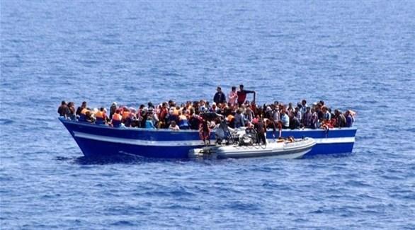 قارب يقل مهاجرين قرب السواحل اليونانية (أرشيف)