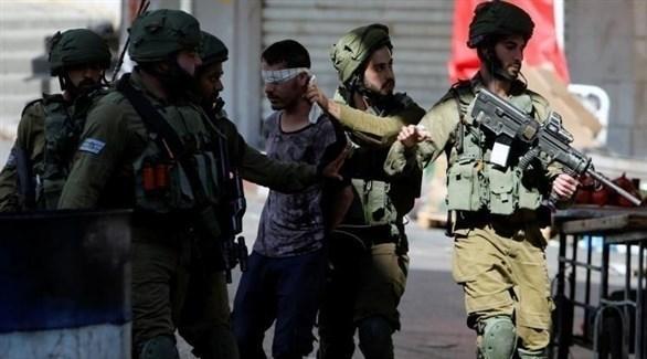 جنود إسرائيليون يعتقلون فلسطينياً في الضفة الغربية (أرشيف)