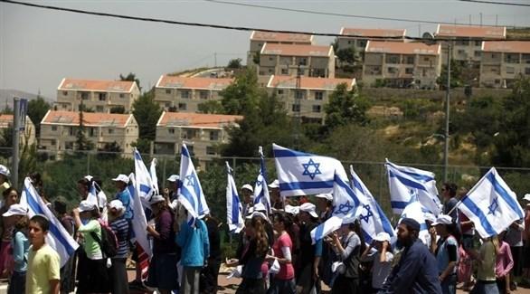 مستوطنون يرفعون الأعلام الإسرائيلية على الأراضي المحتلة (أرشيف)