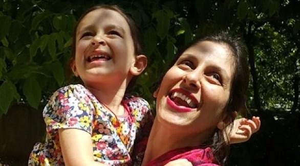 عاملة الاغاثة الإنسانية البريطانية الإيرانية نازانين زاغاري المحتجزة في طهران مع ابنتها (أرشيف)