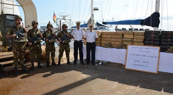 جنود من البحرية الجزائرية مع أطنان المخدارت المصادرة (ألجري 24)