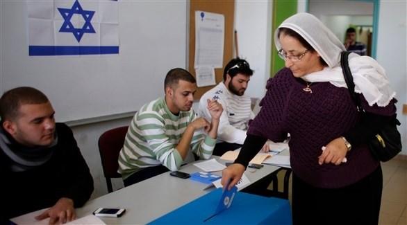 سيدة فلسطينية تدلي بصوتها في مركز اقتراع (أرشيف)