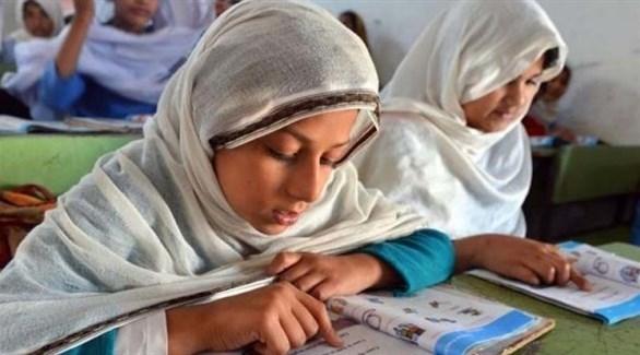 تلميذتان في صف بمدرسة باكستانية (أرشيف)