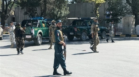 عناصر من الأمن الأفغاني في موقع التفجير الانتحاري بالعاصمة كابول (رويترز)