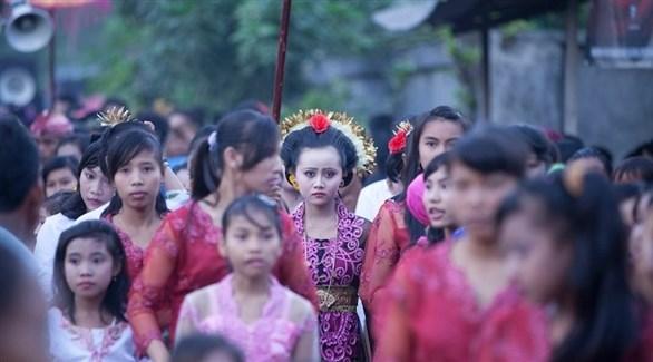 عروس أندونيسية محاطة بصديقاتها من الأطفال (أرشيف)