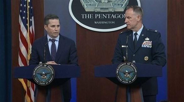 على اليسار المتحدث باسم وزارة الدفاع الأمريكة جوناثان هوفمان (أرشيف)