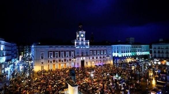 مظاهرة للاحتجاج على العنف ضد النساء في ساحة سول في مدريد (رويترز)