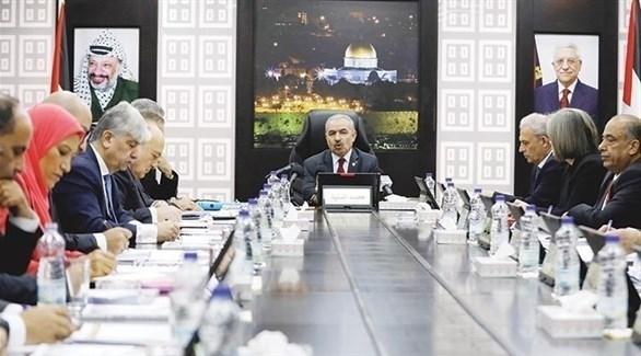 رئيس الوزراء الفلسطيني محمد اشتية مجتمعاً بأعضاء حكومته (أرشيف)