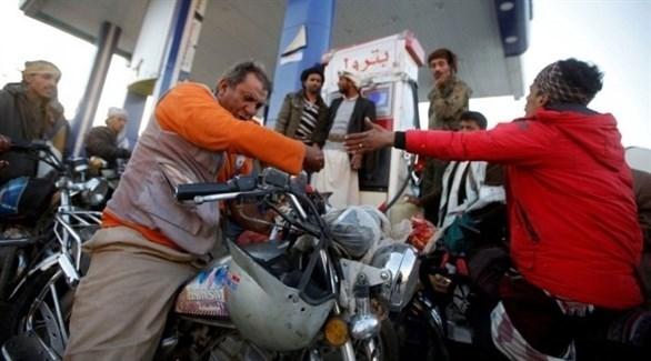 مجموعة من الناس أمام محطة لتعبة الوقود (أرشيف)