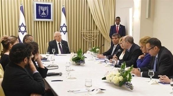 الرئيس الإسرائيلي رؤوفين ريفلين مع ممثلي الأحزاب المنتخبة خلال مشاورات حول تشكيل الحكومة (من المصدر)