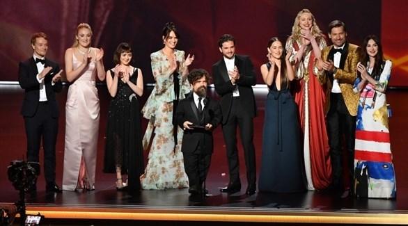 فريق عمل مسلسل صراع العروش يستلمون على المسرح جائزة أفضل مسلسل درامي (وكالات)