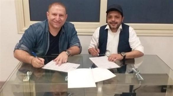محمد هنيدي مع المنتج أحمد عبدالباسط أثناء توقيع العقد (تويتر)