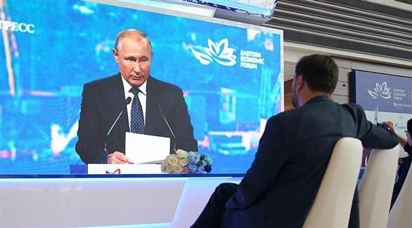 بوتين متحدثاً في مؤتمر فلاديفوستوك (إزفيستيا)