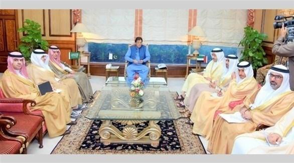 رئيس الوزراء الباكستاني عمران خان في استقبال وزير الدولة السعودي للشؤون الخارجية عادل الجبير ووزير الخارجية الإماراتي الشيخ عبدالله بن زايد (أرشيف)