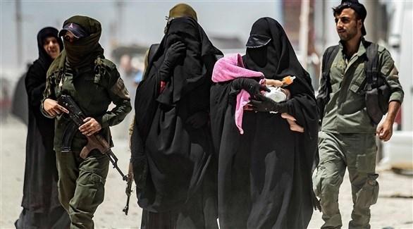 عناصر مسلحة كردية برفقة عائلات من داعش (أرشيف)