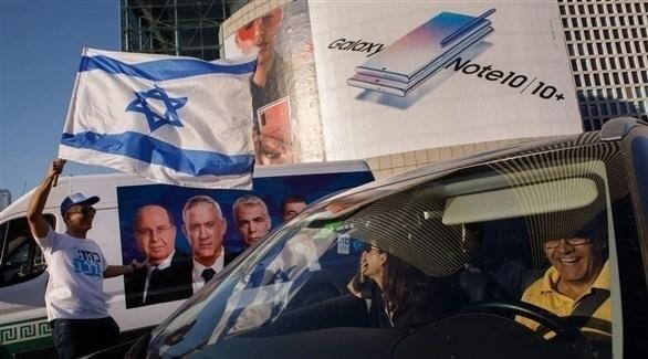 إسرائيليون قبالة إحدى المراكز الانتخابية (أرشيف)