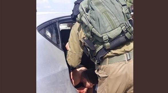 جندي إسرائيلي يراقب حالة مستوطن بعد طعنه في الضفة (تويتر)