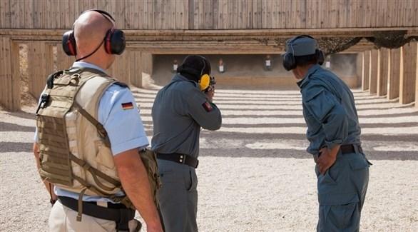 مدرب ألماني مع عنصرين من الشرطة الأفغانية في حصة تدريب على الرماية (أرشيف)