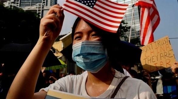 متظاهرون من هونغ كونغ يحملون العلم الأمريكي (تويتر)