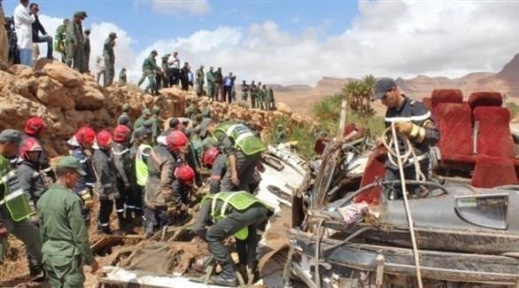 مسعفون ومنقذون مغاربة في مكان انقلاب حافلة الركاب (تويتر)