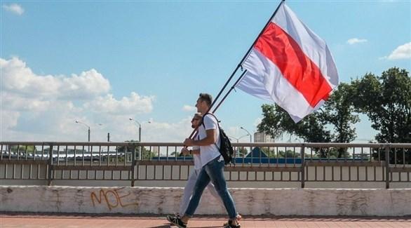 متظاهران يحملان العلم البيلاروسي (أرشيف)