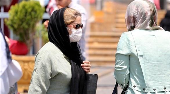امرأة ترتدي كمامة في أحد شوارع طهران (أرشيف)