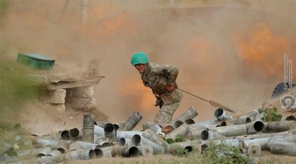 جندي من جيش أذربيجان خلال المعارك (أرشيف)
