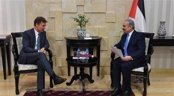 ممثل الاتحاد الأوروبي بورغسدورف ورئيس الوزراء محمد اشتية (أرشيف)