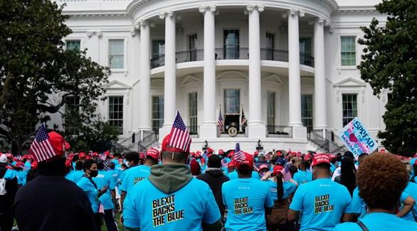 مئات من مناصري ترامب أمام البيت الأبيض (تويتر)
