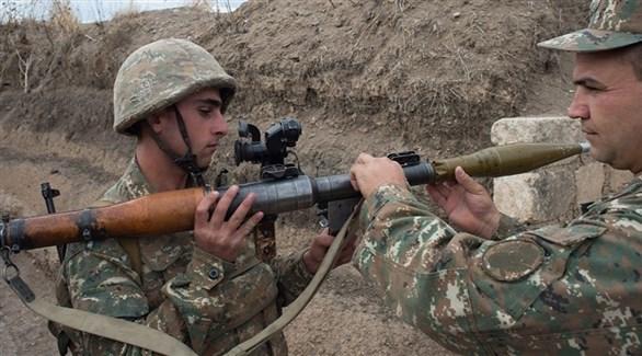 عسكريان أرمنيان يشحنان قاذفة محمولة من طراز أر بي جي (أرشيف)