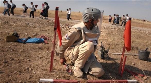 عسكري عراقي يفكك ألغاماً (أرشيف)