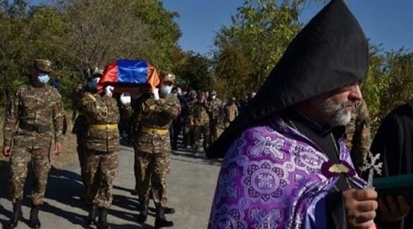 عساكر أرمن يحملون جثمان قتيل في معارك كاراباخ (أ ف ب)