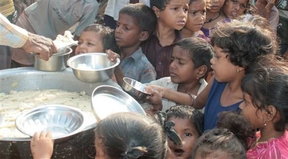 أطفال ينتظرون الحصول على طعام (أرشيف)