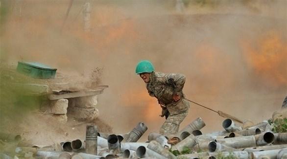 جندي على الجبهة بين أرمينيا وأذربيجان (أرشيف)