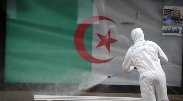 عامل يُعقم محطة حافلات في الجزائر (أرشيف)