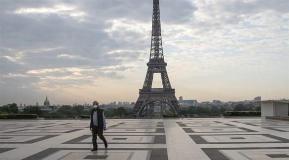 فرنسي يسير في ساحة برج إيفل (أرشيف)