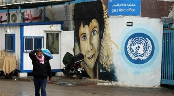فلسطيني من غزة يسير بجانب مركز للأونروا (أرشيف)