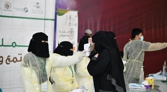 عاملة في القطاع الصحي السعودي في مركز متنقل لكشف كورونا (أرشيف)