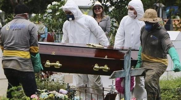 عاملون ينقلون تابوت أحد ضحايا كورونا في أمريكا (أرشيف)