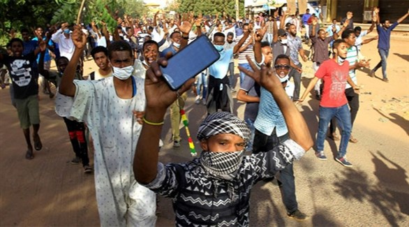 سودانيون يتظاهرون في بورتسودان (تويتر)