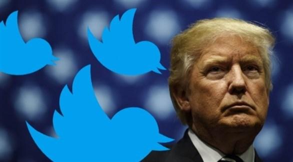 دونالد ترامب وبجانبه شعار تويتر (أرشيف)