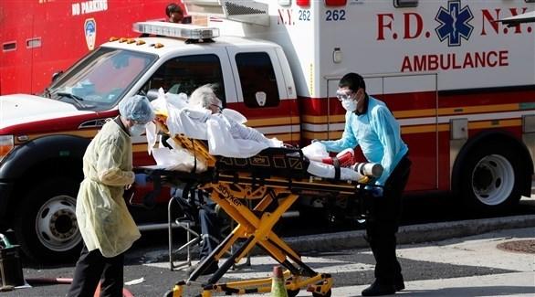 مسعفان أمريكيان ينقلان مصاباً بكورونا في نيويورك (أرشيف)