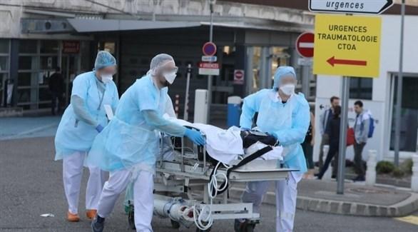 مسعفون فرنسيون ينقلون مصاباً بكورونا (أرشيف)