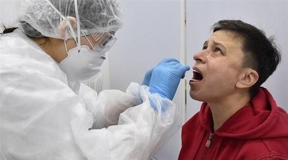 ممارس صحي يفحص درجة حرارة شاب في روسيا (أرشيف)