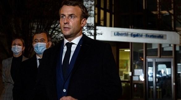 ماكرون متحدثاً بالقرب من مكان الحادثة في شمال غرب باريس (رويترز)
