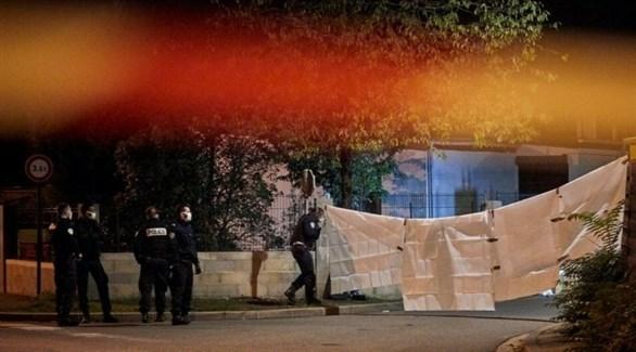 عناصر من الشرطة الفرنسية تقف بجانب مكان الحادث (أرشيف)