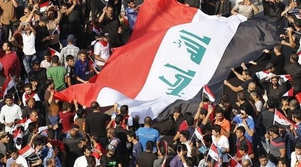 متظاهرون يرفعون علماً عراقياً (أرشيف)
